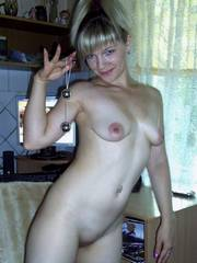 Pretty girlfriend nude at home and..